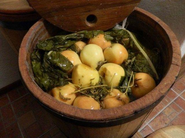 Уложить яблоки и залить водой