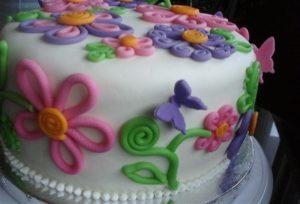 Торт с украшениями