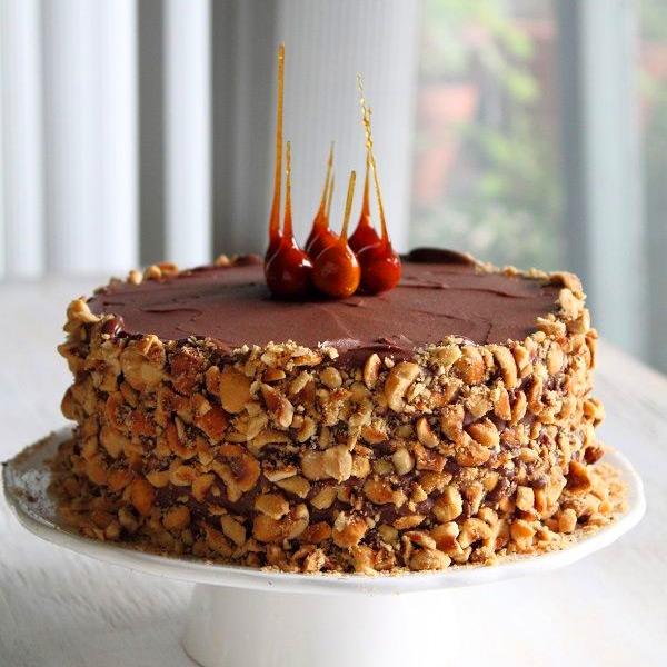 Украшение торта орехами
