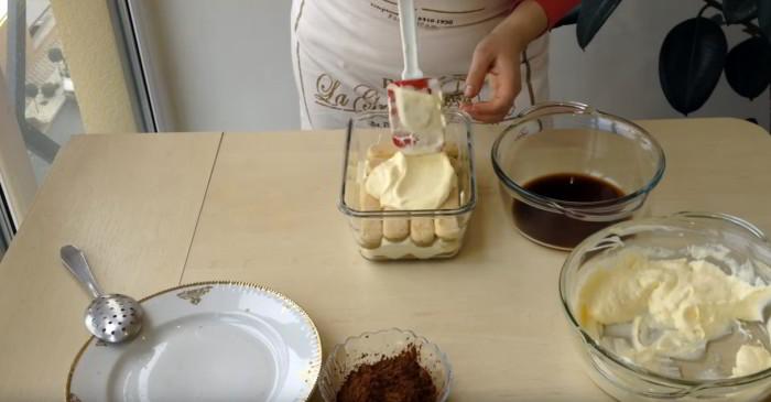 Выложить печенье в форму и залить кремом