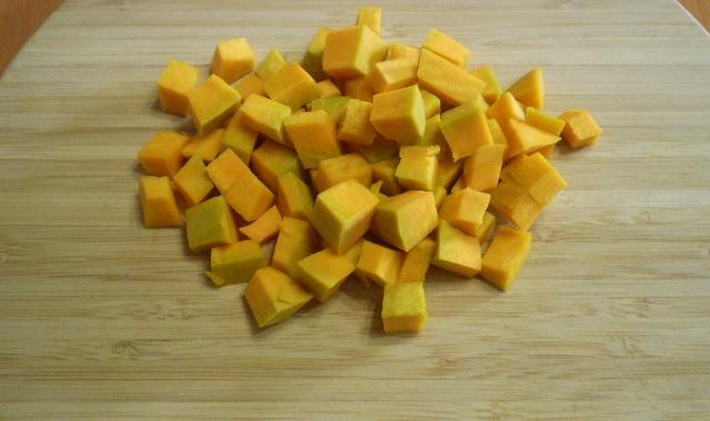 Порезать тыкву кубиками