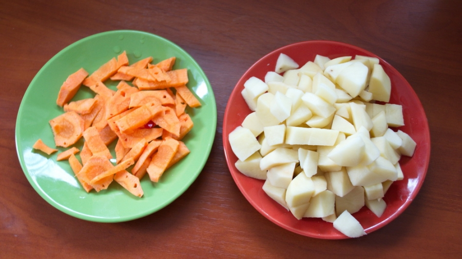 Порезать картошку и морковь