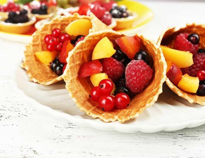 Вафельные трубочки с фруктами