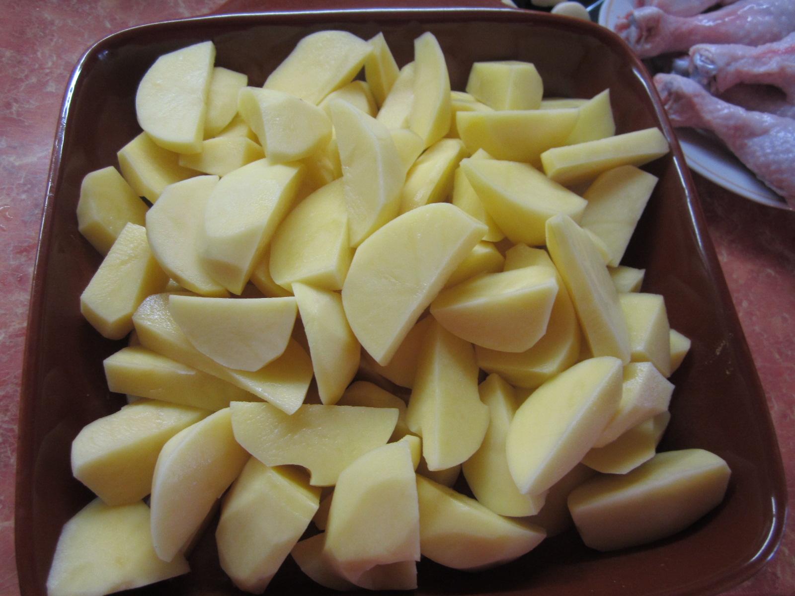 Порезать картофель кусочками
