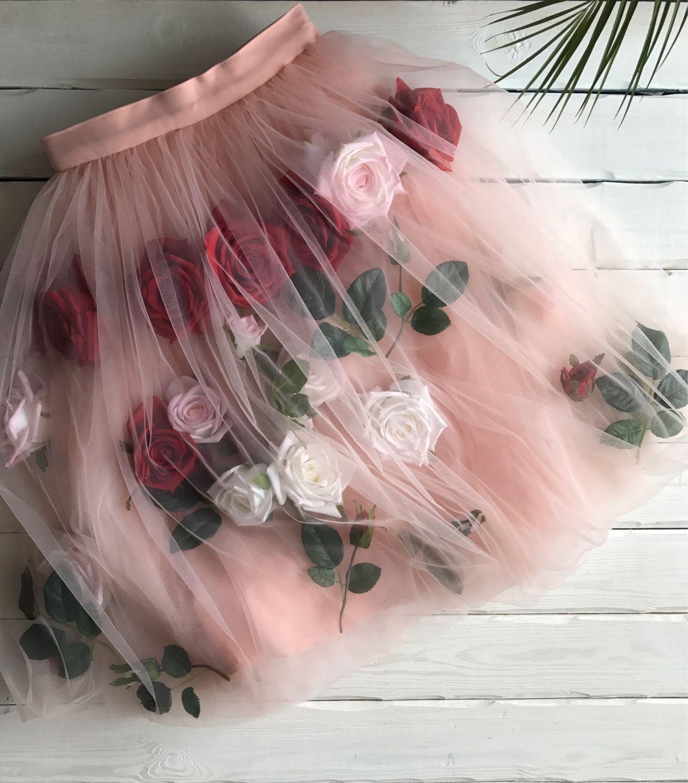 С цветами красивая юбка