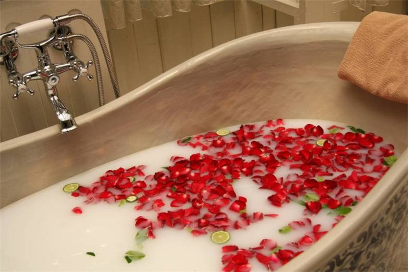 Ванна из цветков гибискуса