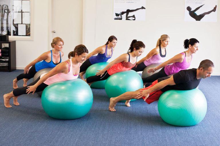 Упражнения на мяче в спортзале