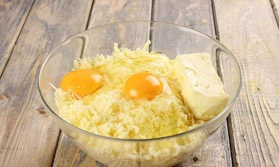 Добавить в сыр яйца