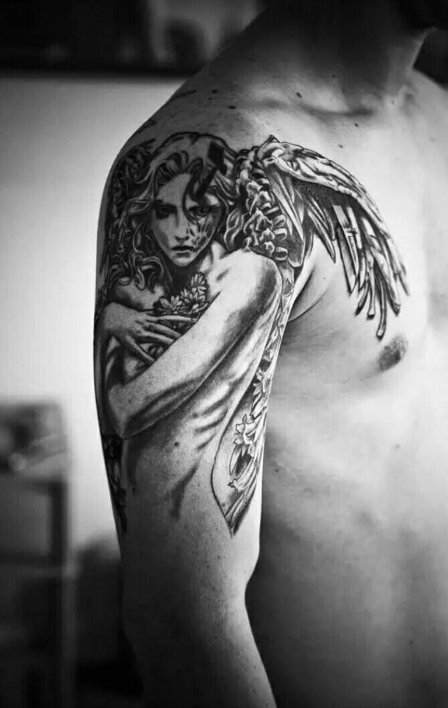 Женщина на плече
