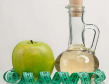 Яблоко и уксус в колбе