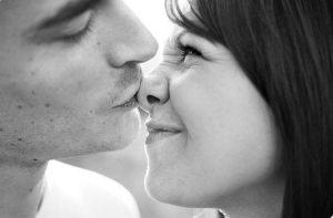 Игривый поцелуй