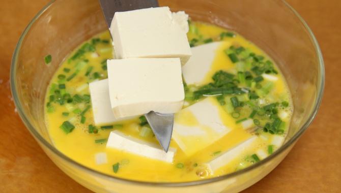 Добавить в смесь тофу и лук