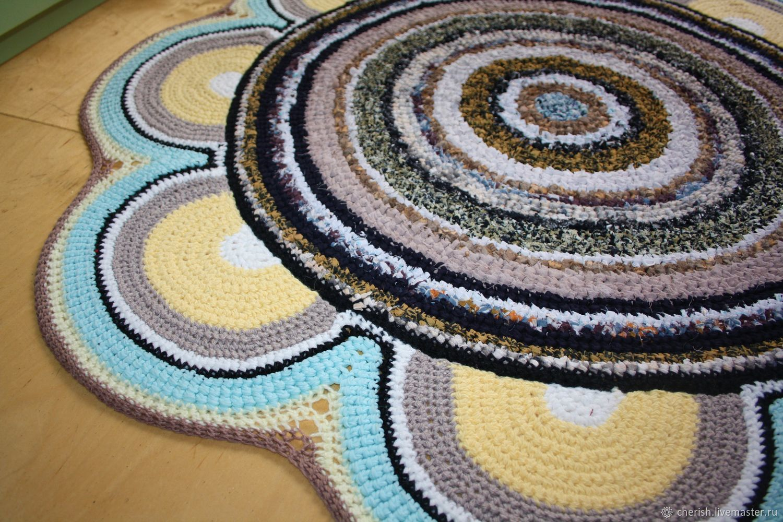 Вязаный коврик в виде цветка