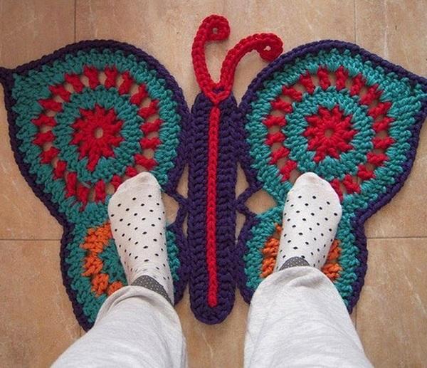 Вязаный коврик в виде бабочки