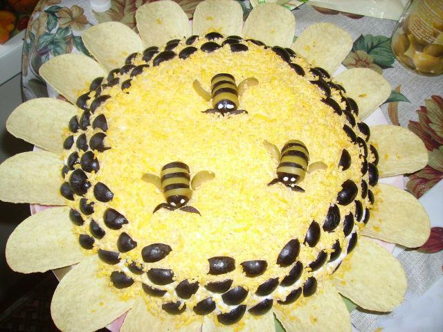 Украшение салата мимоза в виде сот и пчел
