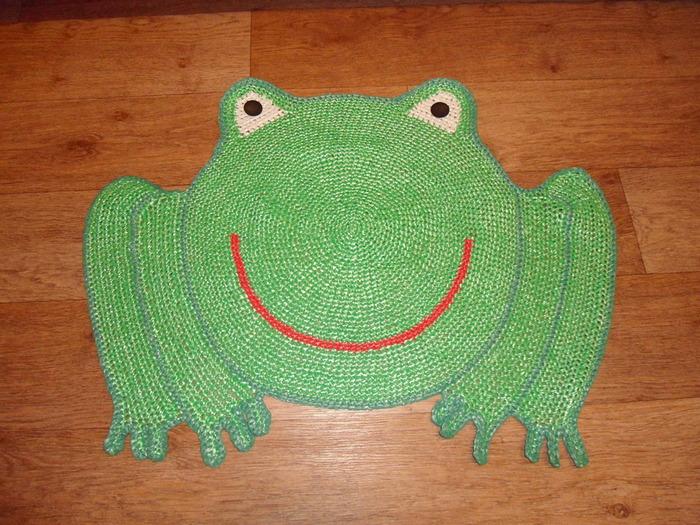 Вязанный коврик в виде лягушки для ванной