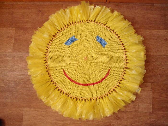 Вязанный коврик солнышко для ванной