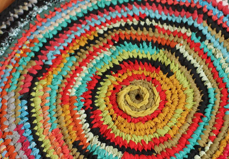 Вязаный коврик из тряпок