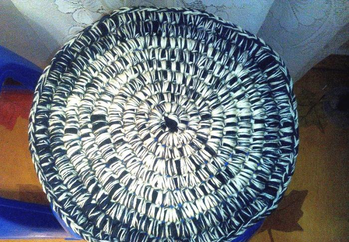 Вязанный коврик на табурет