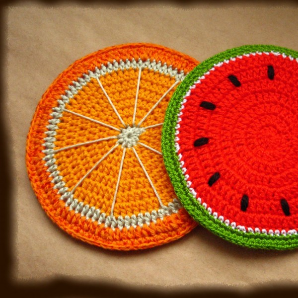 Вязаный коврик в виде арбуза и апельсина на табурет