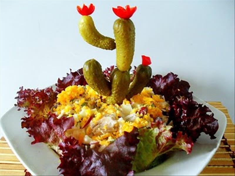 Украшение овощного салата в виде кактуса
