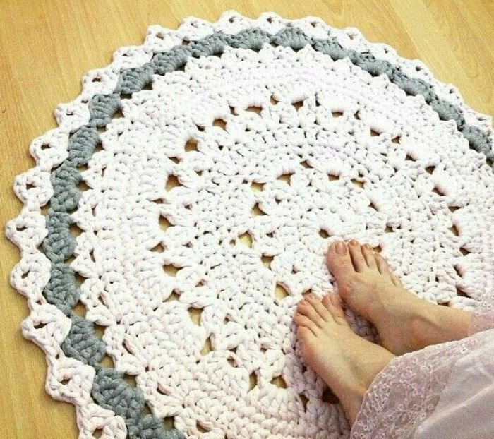 Вязаный коврик из пряжи