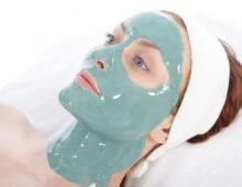 Светло зеленая маска на лице