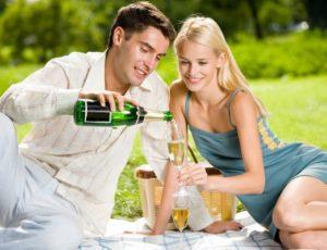 Пара отдыхает на природе