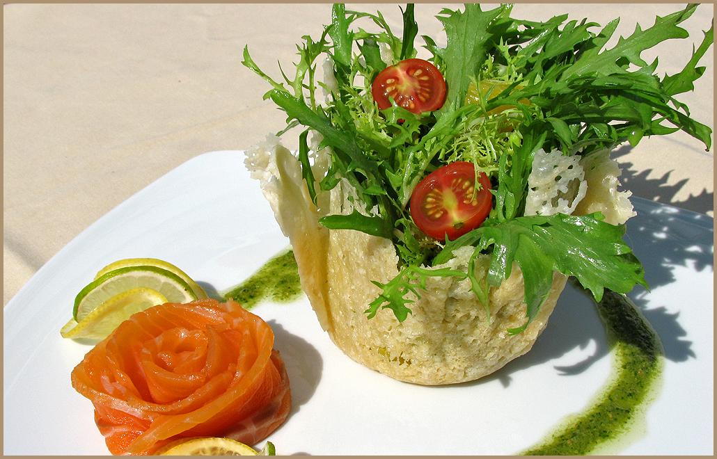 Необычное украшение салата в ресторане