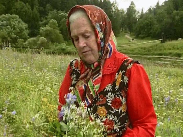Бабушка собирает цветы