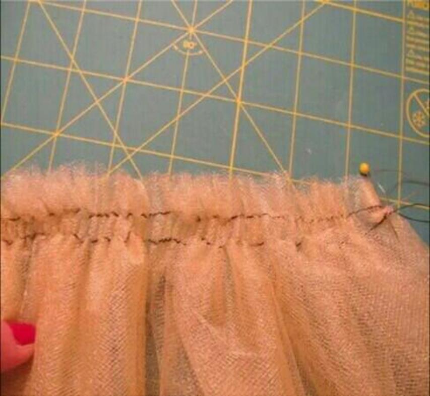 Надёжно и точно скрепите булавками и прищепками по бокам верхний конец