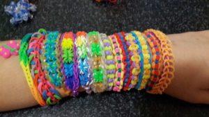 Браслеты из резинок на руке