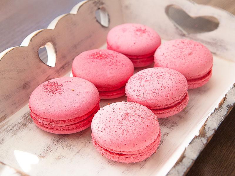 готовые розовые макаруны в упаковке