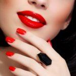 Девушка с алыми ногтями