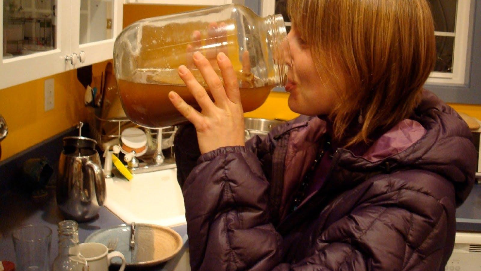 Женщина пьет настой