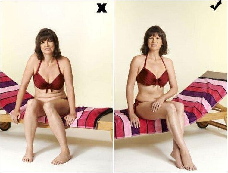 женщина в купальнике сидит