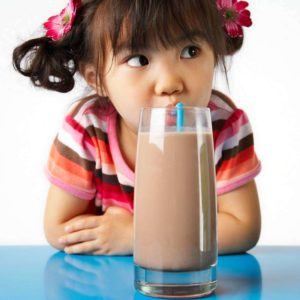 ребенок и огромный стакан с напитком