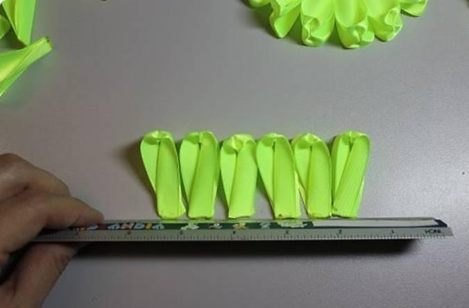 Далее отобрать длинные лепестки для первого слоя, а те, что получились покороче, оставить на последний этап