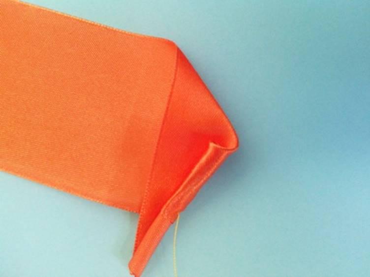Затем скрутить треугольник до появления небольшого бутона