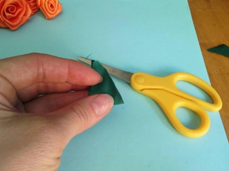 Вырезать из него с помощью ножниц треугольник