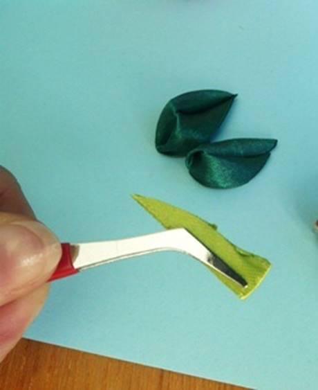 Прижать середину отрезка. Затем вывернуть листочек
