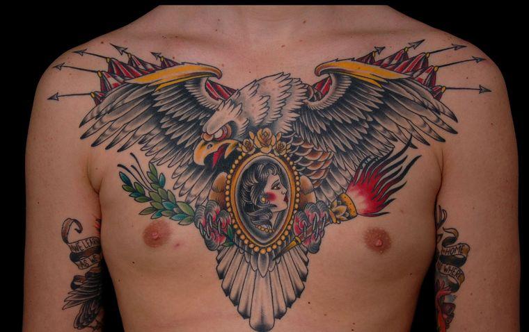 орел на мужской груди