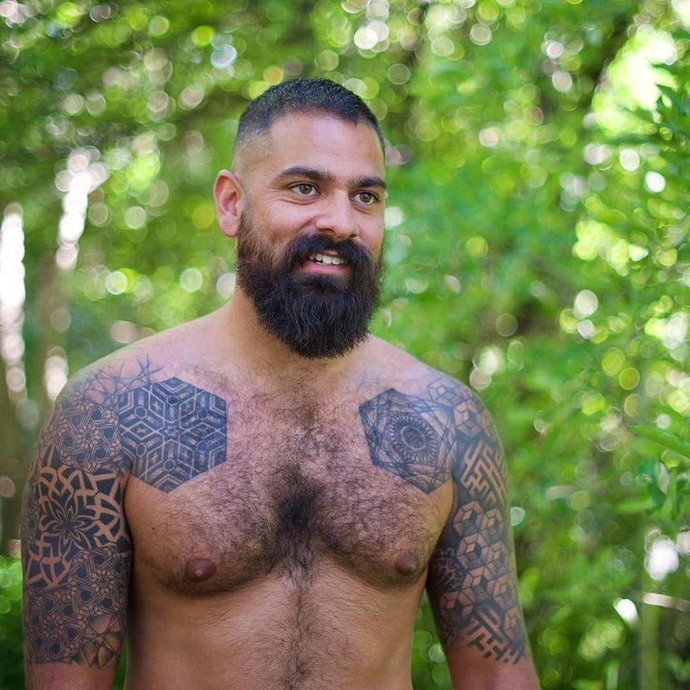 рисунки над волосатой мужской грудью