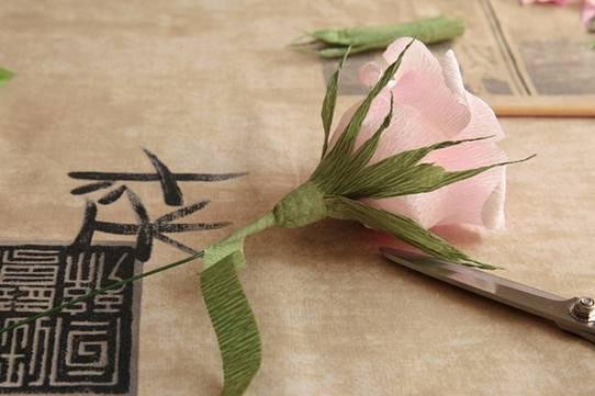 При помощи узкой полоски зеленого цвета или флор-ленты, наклеенной по спирали, маскируются стыки цветоложа и проволоки