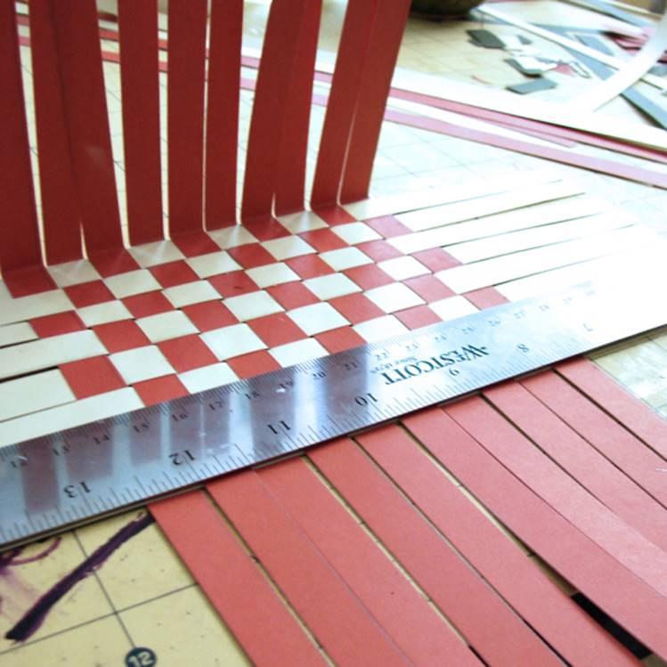 Дойдя до ширины плетения в 8 квадратов, стороны по линейке загибаются