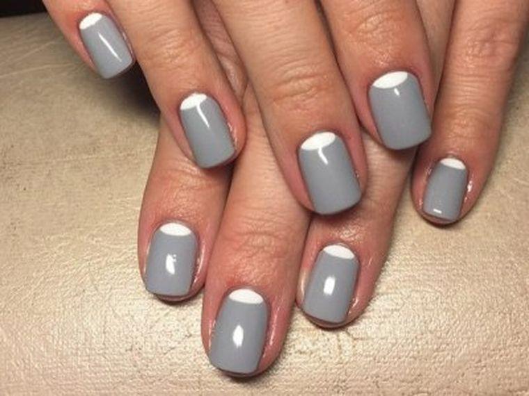 серый с белым
