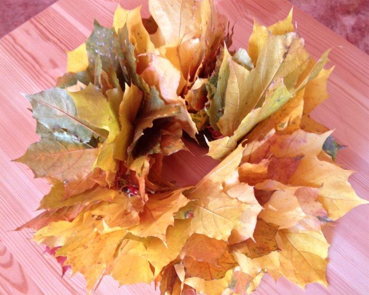 венок из листьев клена