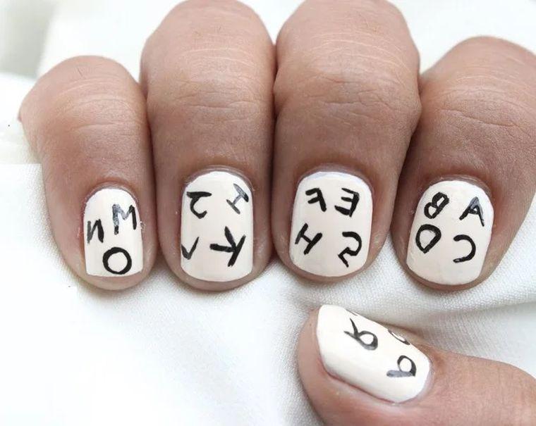 буквы на ногтях